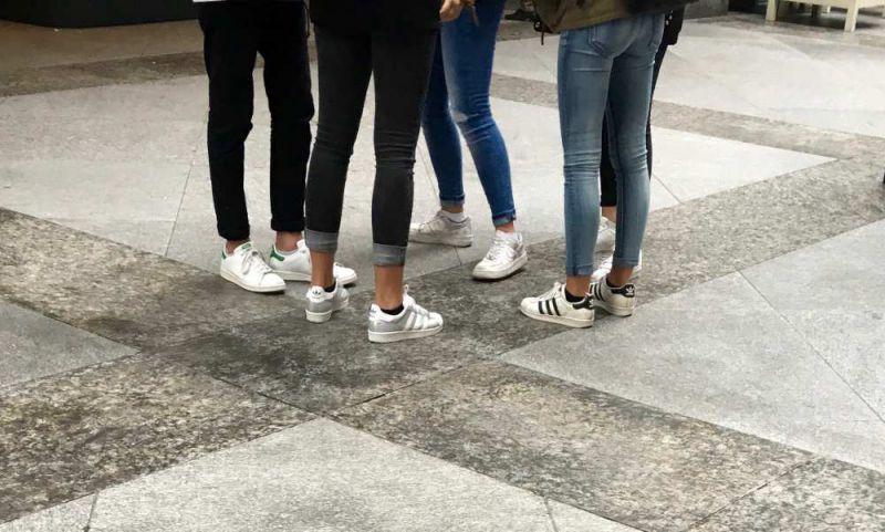 incaltamintea adidas la moda pentru tinerii de la liceu