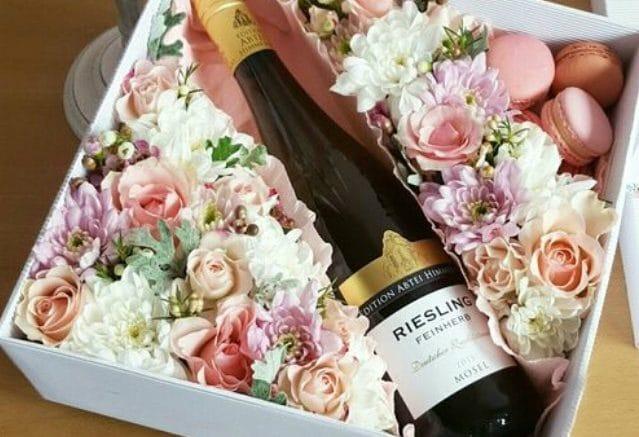 cutie cu vin cadou